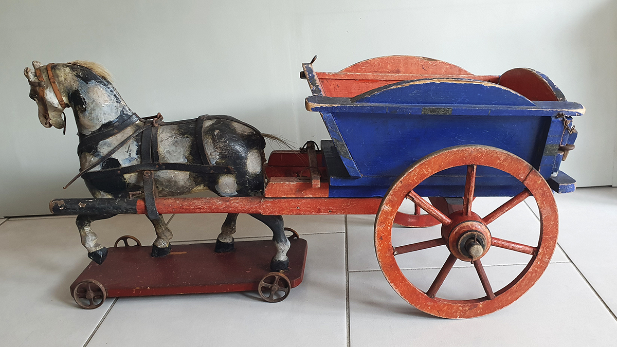 Houten paard en wagen links