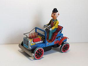 Man in oldtimer auto Japan thumbnail